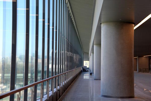 折线玻璃幕墙室内横拍.jpg